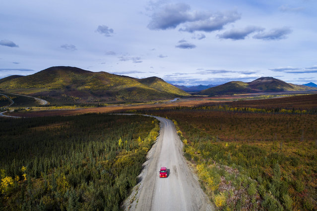 A car rolls south along the Dalton Highway near Coldfoot, Alaska, USA, 03 September 2017. (Photo by Jim Lo Scalzo/EPA)