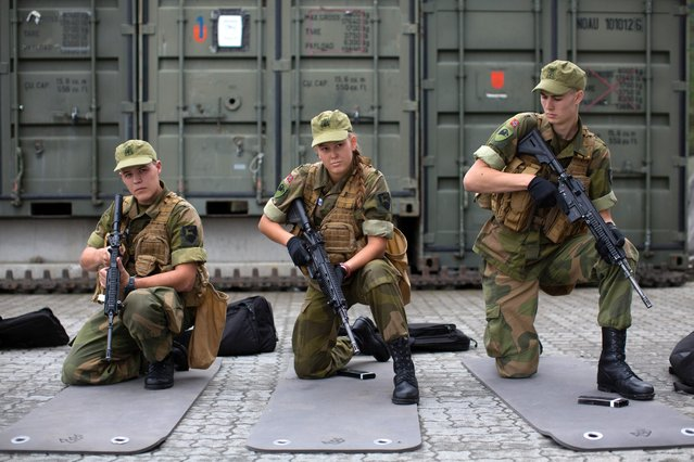 Army recruits attend a base training at the armored battalion in Setermoen, northern Norway on August 11, 2016. (Photo by Kyrre Lien/AFP Photo)