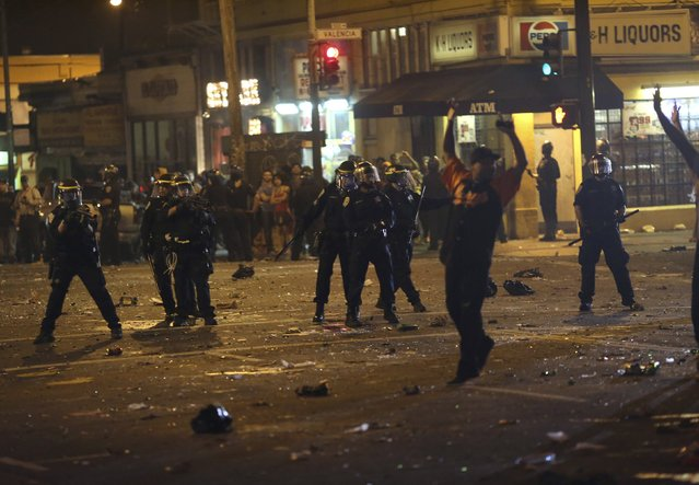 Police begin to disperse a crowd gathered in the Mission District in San Francisco, California October 29, 2014. (Photo by Robert Galbraith/Reuters)