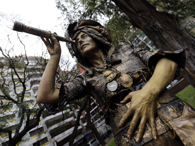 "Maria Ines Banegas portraying ""La Pirata"" (The Pirate) takes part in a human living statues contest in Buenos Aires, Argentina, September 24, 2016. (Photo by Enrique Marcarian/Reuters)"
