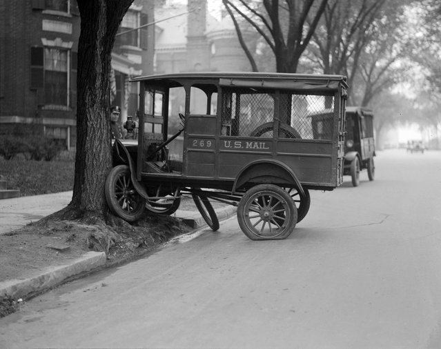 Mail truck tries to climb tree. Comm. Ave. Boston, 1927. (Photo by Leslie Jones)