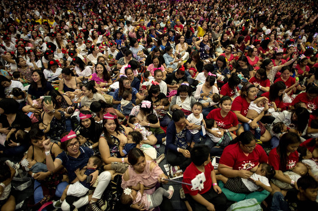 Mothers participate in a breastfeeding event in Manila on August 5, 2018. Hundreds of Philippine mothers simultaneously nursed their babies in public on Sunday, some of them two at a time, in a government- backed mass breastfeeding event aimed at combating child deaths. (Photo by Noel Celis/AFP Photo)