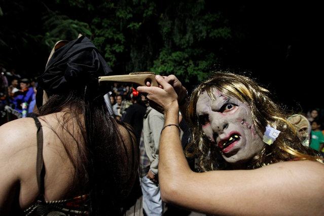 People wearing masks take part during a procession on Holy Innocents Day in Tegucigalpa, Honduras, December 28, 2016. (Photo by Jorge Cabrera/Reuters)