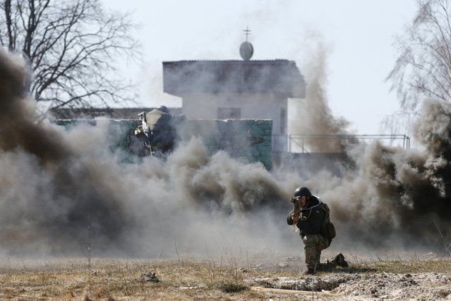 Newly mobilized Ukrainian paratroopers take part in a military drill near Zhytomyr April 9, 2015. (Photo by Valentyn Ogirenko/Reuters)