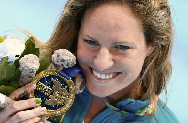 Emily Seebohm of Australia poses with her gold medal after the women's 100m backstroke final at the Aquatics World Championships in Kazan, Russia, August 4, 2015. (Photo by Hannibal Hanschke/Reuters)