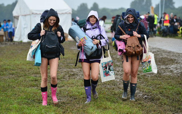 Let the fun begin. Revellers carry their belongings as they arrive at Worthy Farm in Somerset for the Glastonbury Festival, Britain, June 22, 2016. Around 180,000 are expected to attend. (Photo by Ben Birchall/PA Wire)
