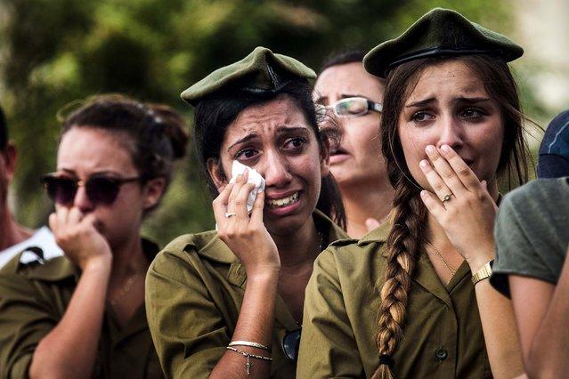 Israeli soldiers weep at the grave of Israeli Sergeant Adar Barsano during his funeral in Nahariya, Israel, on Jule 20, 2014. (Photo by Andrew Burton/Getty Images)