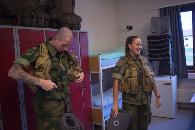A femal and a male army recruit prepare in their room at the barracks for a base training at the armored battalion in Setermoen, northern Norway on August 11, 2016. (Photo by Kyrre Lien/AFP Photo)