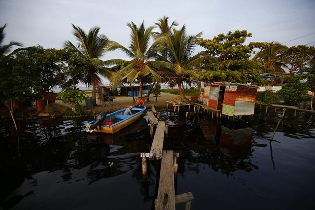 Fishermen land their boat in the village of Ologa in the western state of Zulia October 22, 2014. (Photo by Jorge Silva/Reuters)