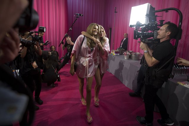 Models are filmed walking backstage before the Victoria's Secret Fashion Show in the Manhattan borough of New York November 10, 2015. (Photo by Carlo Allegri/Reuters)