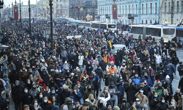 People march during a protest against the jailing of opposition leader Alexei Navalny in St.Petersburg, Russia, Saturday, January 23, 2021. (Photo by Dmitri Lovetsky/AP Photo)
