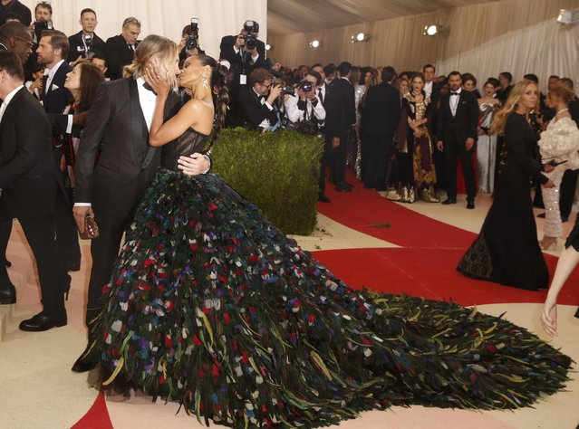 """Actress Zoe Saldana kisses husband Marco Perego as they arrive at the Metropolitan Museum of Art Costume Institute Gala (Met Gala) to celebrate the opening of """"Manus x Machina: Fashion in an Age of Technology"""" in the Manhattan borough of New York, May 2, 2016. (Photo by Lucas Jackson/Reuters)"""