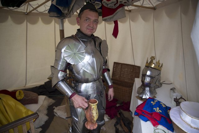 Historical re-enactor Andreas Wenzell dresses as Britain's King Richard III in a living history camp during an anniversary event for the Battle of Bosworth near Market Bosworth in central Britain August 22, 2015. (Photo by Neil Hall/Reuters)