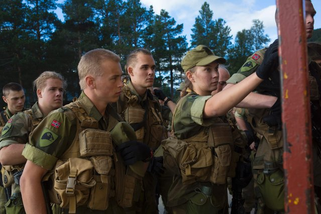 A female army recruit attends a base training next to male recruits at the armored battalion in Setermoen, northern Norway on August 11, 2016. (Photo by Kyrre Lien/AFP Photo)