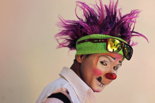 "A Salvadorean clown going by the name of ""Cordelito"" poses during National Clown Day celebrations at Beethoven Square in San Salvador December 3, 2014. (Photo by Jose Cabezas/Reuters)"
