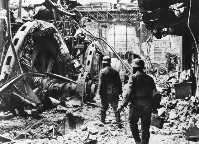 German troops passing through a wrecked generating station in the factory district of Stalingrad on December 28, 1942, where such fierce fighting has been raging for the past few months. The new Russian offensive has relieved the pressure, and surrounded a large number of German troops. (Photo by AP Photo)