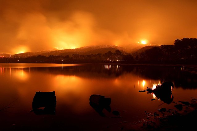 Fire surrounds Lake Elizabeth during the Powerhouse fire in the early morning hours of June 2, 2013. (Photo by David McNew/Getty Images)