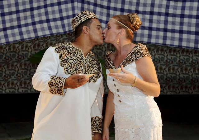 Dutch migrants Reggio de Jong (L) and Elisabeth Cobben kiss during their wedding ceremony in the second public marriage ever held under the African-American Winti religion in district Para, Suriname, November 18, 2015. (Photo by Ranu Abhelakh/Reuters)