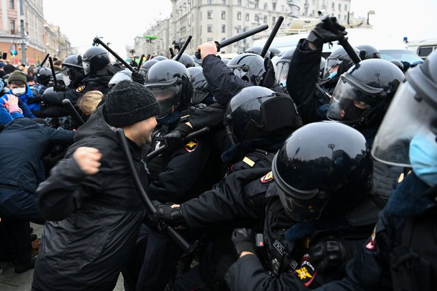 Protesters clash with riot police during a rally in support of jailed opposition leader Alexei Navalny in downtown Moscow on January 23, 2021. (Photo by Kirill Kudryavtsev/AFP Photo)