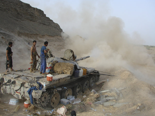 An army tank fires during a firefight against militants linked to al Qaeda near the southern Yemeni city of Zinjibar May 30, 2012. (Photo by Reuters/Yemen's Defence Ministry)