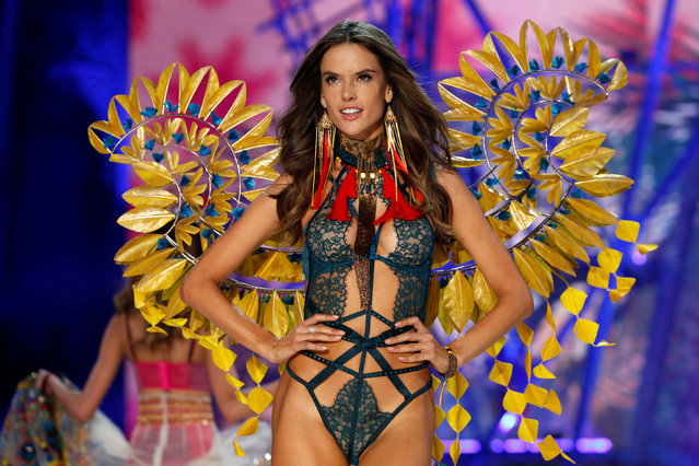 Model Alessandra Ambrosio presents a creation during the 2016 Victoria's Secret Fashion Show at the Grand Palais in Paris, France, November 30, 2016. (Photo by Charles Platiau/Reuters)