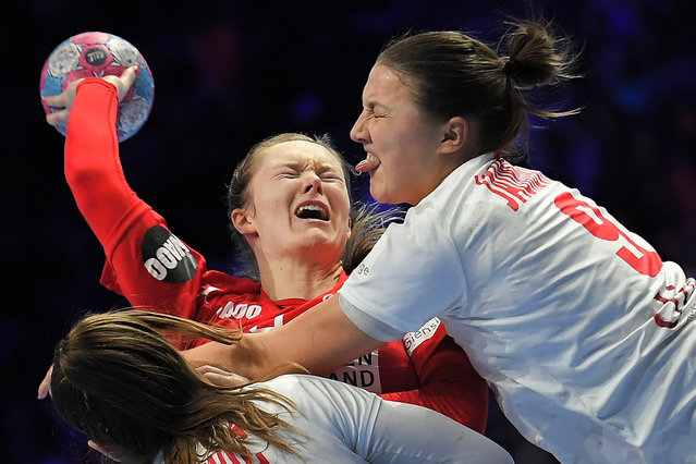 Denmark's left back Anne Mette Hansen (C) vies with Montenegro's left back Durdina Jaukovic during the Euro 2018 European Women's Handball Championship Group 1 main round match between Denmark and Montenegro at the XXL hall in Nantes, western France, on December 12, 2018. (Photo by Loic Venance/AFP Photo)