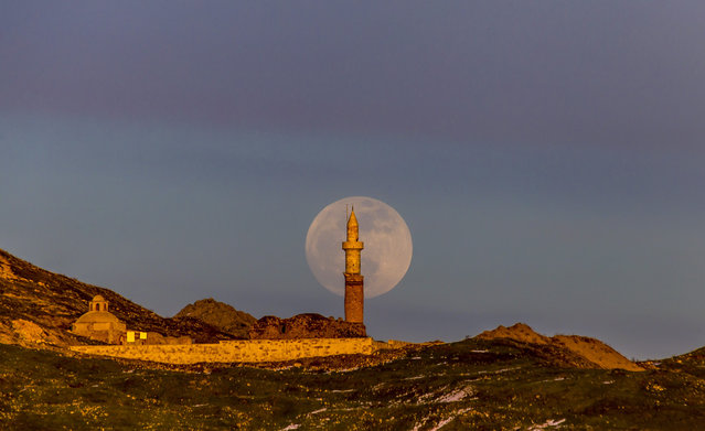 Full moon rises behind Kucuk and Ulu Mosques, in Palu district of Elazig, Turkey on January 20, 2019. (Photo by Enver Hanci/Anadolu Agency/Getty Images)