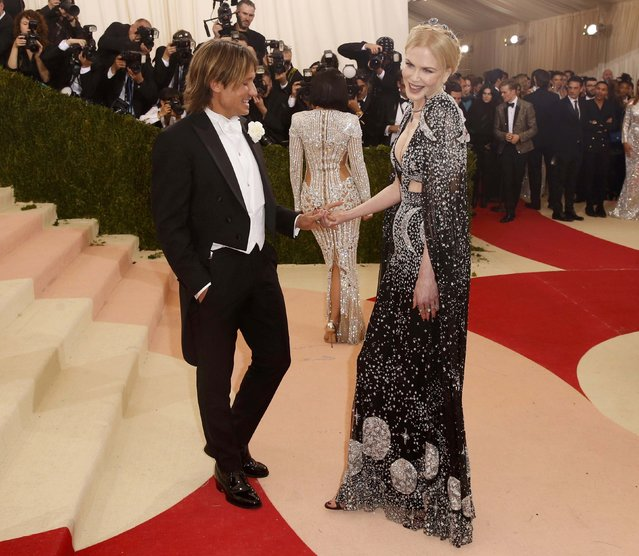 """Actress Nicole Kidman and husband Keith Urban arrive at the Metropolitan Museum of Art Costume Institute Gala (Met Gala) to celebrate the opening of """"Manus x Machina: Fashion in an Age of Technology"""" in the Manhattan borough of New York, May 2, 2016. (Photo by Lucas Jackson/Reuters)"""