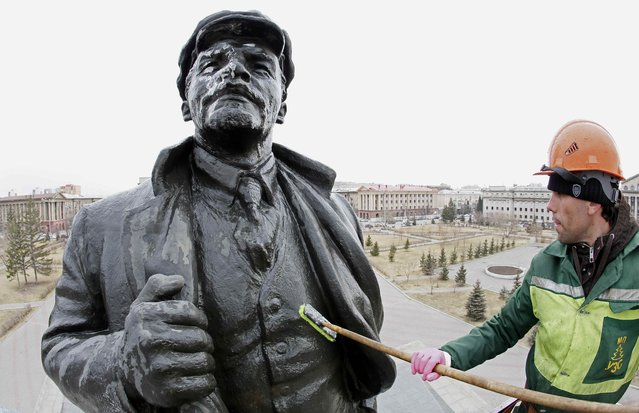 A worker washes a statue of the Soviet state founder Vladimir Lenin on the eve of his birth anniversary in Krasnoyarsk, Russia, April 21, 2017. (Photo by Ilya Naymushin/Reuters)