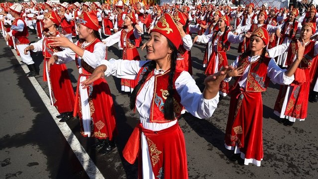 Kyrgyz dancers in traditional costumes perform during celebrations marking the 26th anniversary of Kyrgyzstan's independence from the Soviet Union at the Ala-Too Square in Bishkek on August 31, 2017. (Photo by Vyacheslav Oseledko/AFP Photo)