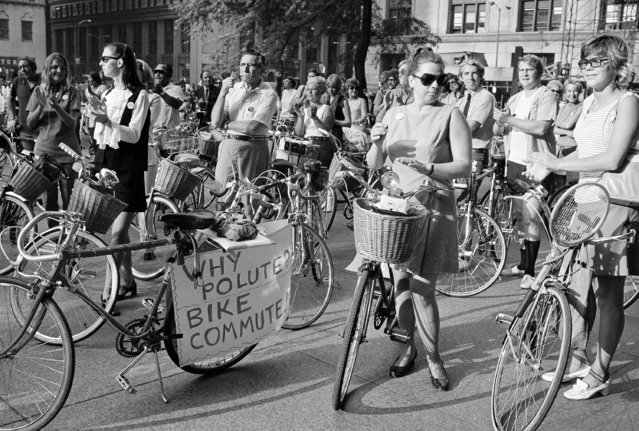 Group of bicycle riding commuters applaud in Civic Center Plaza in downtown Chicago Thursday, September 9, 1970. Several hundred rode in procession from near north side to mark bicycle commuter day. (Photo by AP Photo)