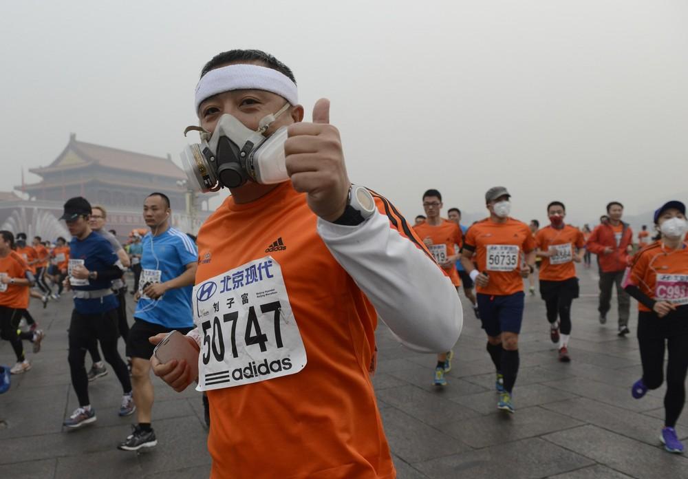 Beijing Marathoners Don Face Masks to Battle Smog
