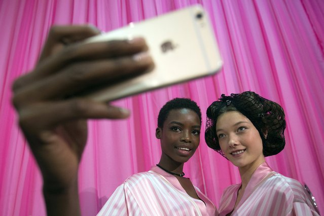 Models pose for a selfie backstage before the Victoria's Secret Fashion Show in the Manhattan borough of New York November 10, 2015. (Photo by Carlo Allegri/Reuters)