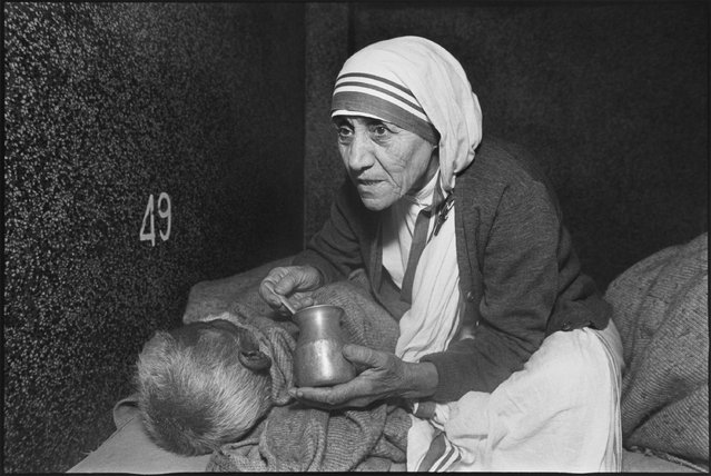 Mother Teresa at the home for the dying, Mother Teresa's Missions of Charity, Calcutta, India, 1980. (Photo by Mary Ellen Mark)
