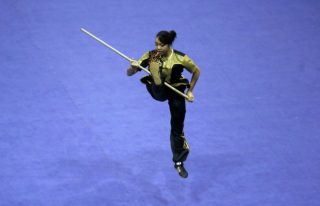 Indonesia's Juwita Niza Wasni competes in the women's nangun final during the 13th World Wushu Championship 2015 at Istora Senayan stadium in Jakarta, November 17, 2015. (Photo by Reuters/Beawiharta)