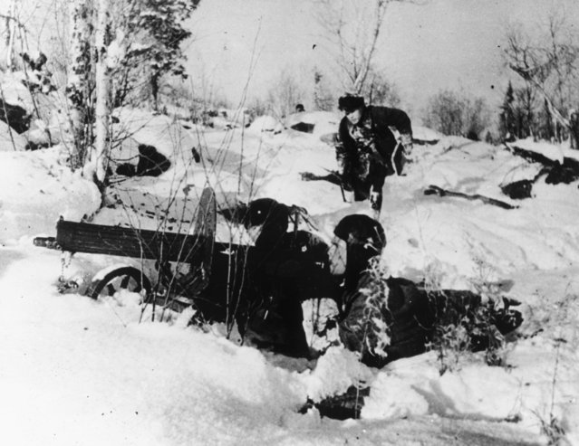 Machine gunners of the Soviet Red Army lie in deep snow, ready to fire their guns, on February 10, 1942, somewhere along the German-Russian front lines during World War II. (Photo by AP Photo)