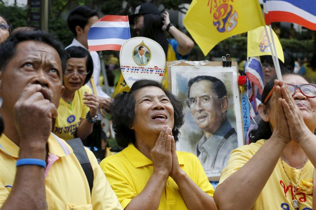 Supporters of Thailand's King Bhumibol Adulyadej look at his hospital bedroom as they pray outside Siriraj hospital, where a group gathered to mark his 88th birthday, in Bangkok December 5, 2015. (Photo by Jorge Silva/Reuters)