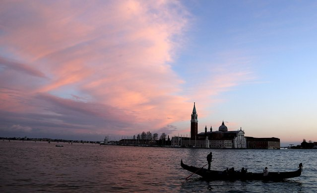 A gondolier rows a gondola in front of Giudecca island in the Venetian lagoon February 1, 2015. The sleek black gondolas that whisper through Venice bear the hallmarks of a tiny but proud group of artisans striving to keep alive the traditional building methods for the floating city's most recognizable symbol. (Photo by Stefano Rellandini/Reuters)