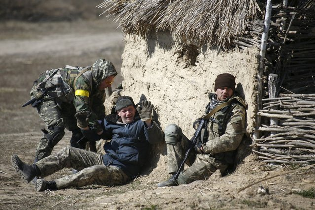 """Members of the Ukrainian Defence Ministry's assault battalion """"Aydar"""" take part in tactical exercises during a military drill near Zhytomyr April 9, 2015. (Photo by Valentyn Ogirenko/Reuters)"""