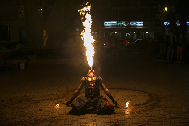 A street performer breathes fire during a show in Donetsk, eastern Ukraine April 21, 2014. (Photo by Baz Ratner/Reuters)