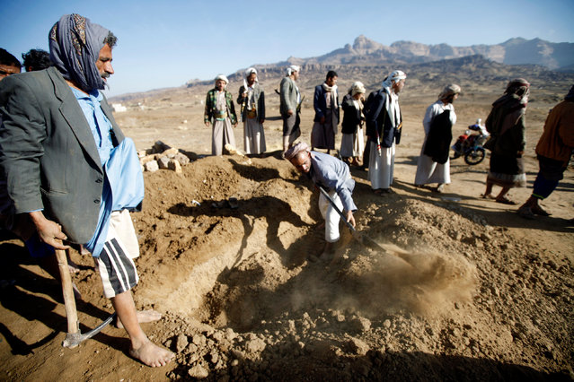 People dig a grave for the victim of a Saudi-led air strike which struck a house where mourners had gathered for a funeral north of Yemen's capital Sanaa, February 16, 2017. (Photo by Mohamed al-Sayaghi/Reuters)
