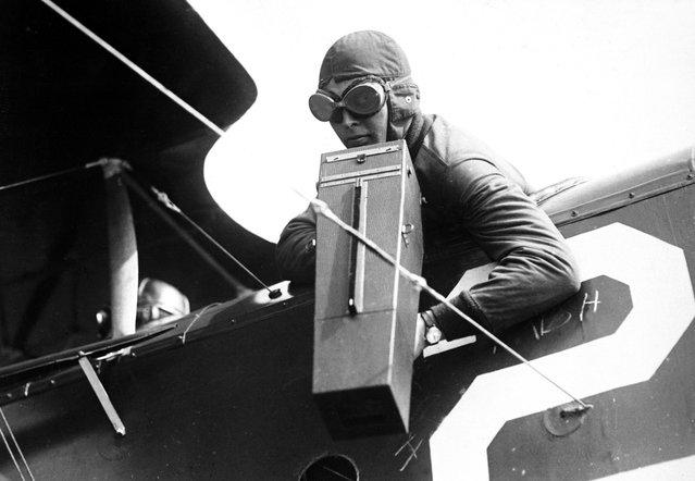 An aerial photographer with a Graflex camera, ca. 1917-18. (Photo by U.S. Army via The Atlantic)