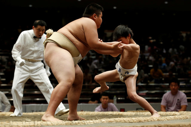 Elementary school sumo wrestlers compete in the sumo ring during the Wanpaku sumo-wrestling tournament in Tokyo, Japan July 30, 2017. (Photo by Kim Kyung-Hoon/Reuters)