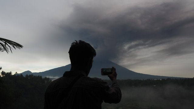 Black clouds overshadows Mount Agung are seen in Abuan village of Karangasem regency, 7 kilometers from the erupted Mount Agung in Bali, Indonesia on November 26, 2017. (Photo by Mahendra Moonstar/Anadolu Agency/Getty Images)