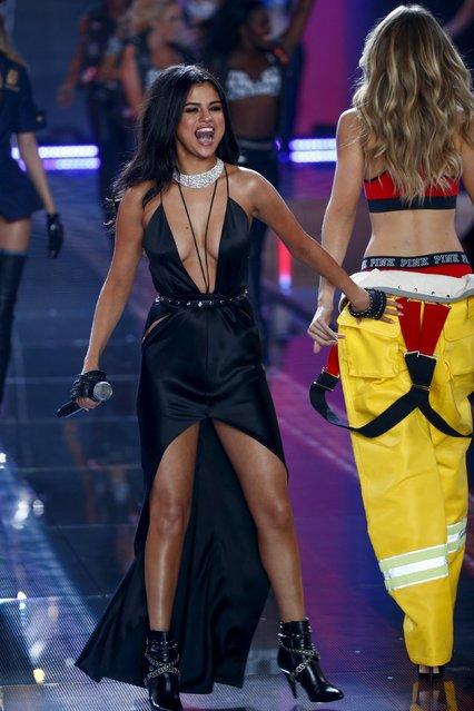 Singer Selena Gomez spanks model Gigi Hadid during the 2015 Victoria's Secret Fashion Show in New York, November 10, 2015. (Photo by Lucas Jackson/Reuters)