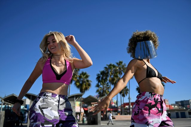 People rollerblade along the beach a day before renewed restrictions due to a surge of coronavirus disease (COVID-19) cases in Los Angeles, California, U.S. November 29, 2020. (Photo by Brandon Bell/Reuters)