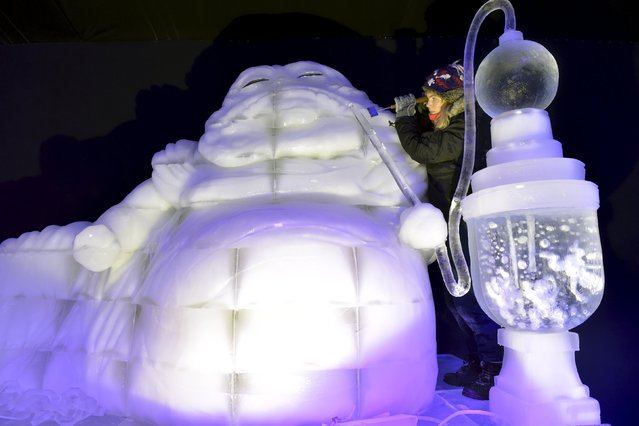 Holland's Marieke Van Der Meer carves Star Wars character Jabba the Hutt for the ice sculpture festival in Liege, Belgium, November 13, 2015. (Photo by Eric Vidal/Reuters)
