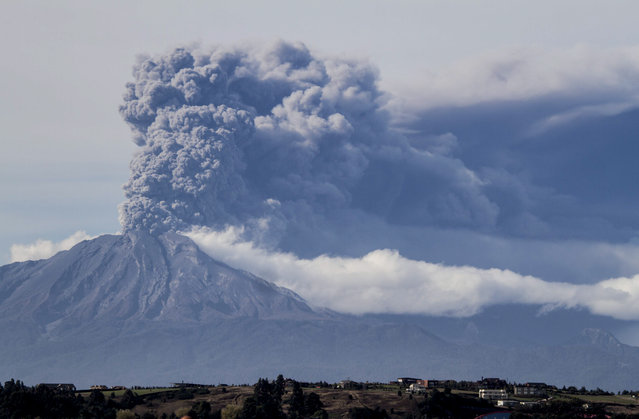 A thick plume pours from the Calbuco volcano, near Puerto Varas, Chile, Thursday, April 30, 2015. The olcano erupted again on Thursday, sending dark burst of ash and hot rock billowing into the air and prompting Chilean officials to order new evacuation of nearby residents. The eruptions at the Calbuco are the first in more than four decades. (Photo by David Cortes Serey/AP Photo/Agencia Uno)