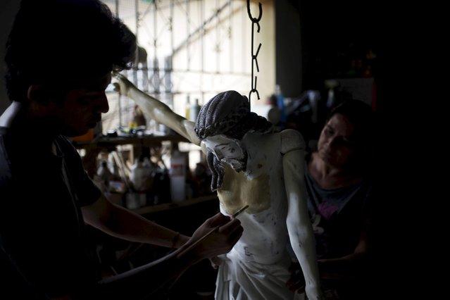 Relatives of Manuel de Jesus Quilizapa work on a statue of El Jesus Nazareno in his workshop in Izalco, El Salvador March 11, 2016. (Photo by Jose Cabezas/Reuters)