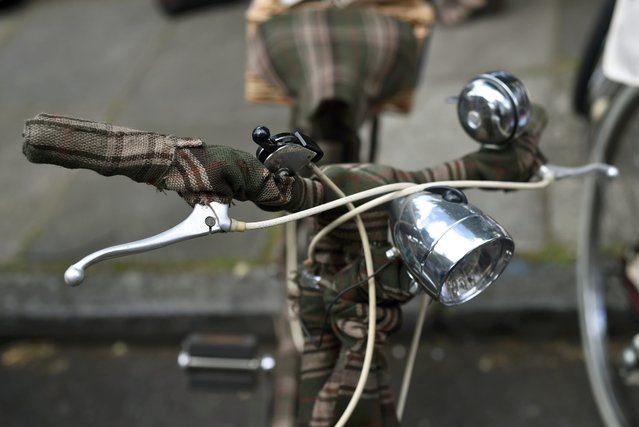 A participant's bicycle is seen covered in tweed at the start of the The Tweed Run in central London, Britain, May 14, 2016. (Photo by Hannah McKay/Reuters)